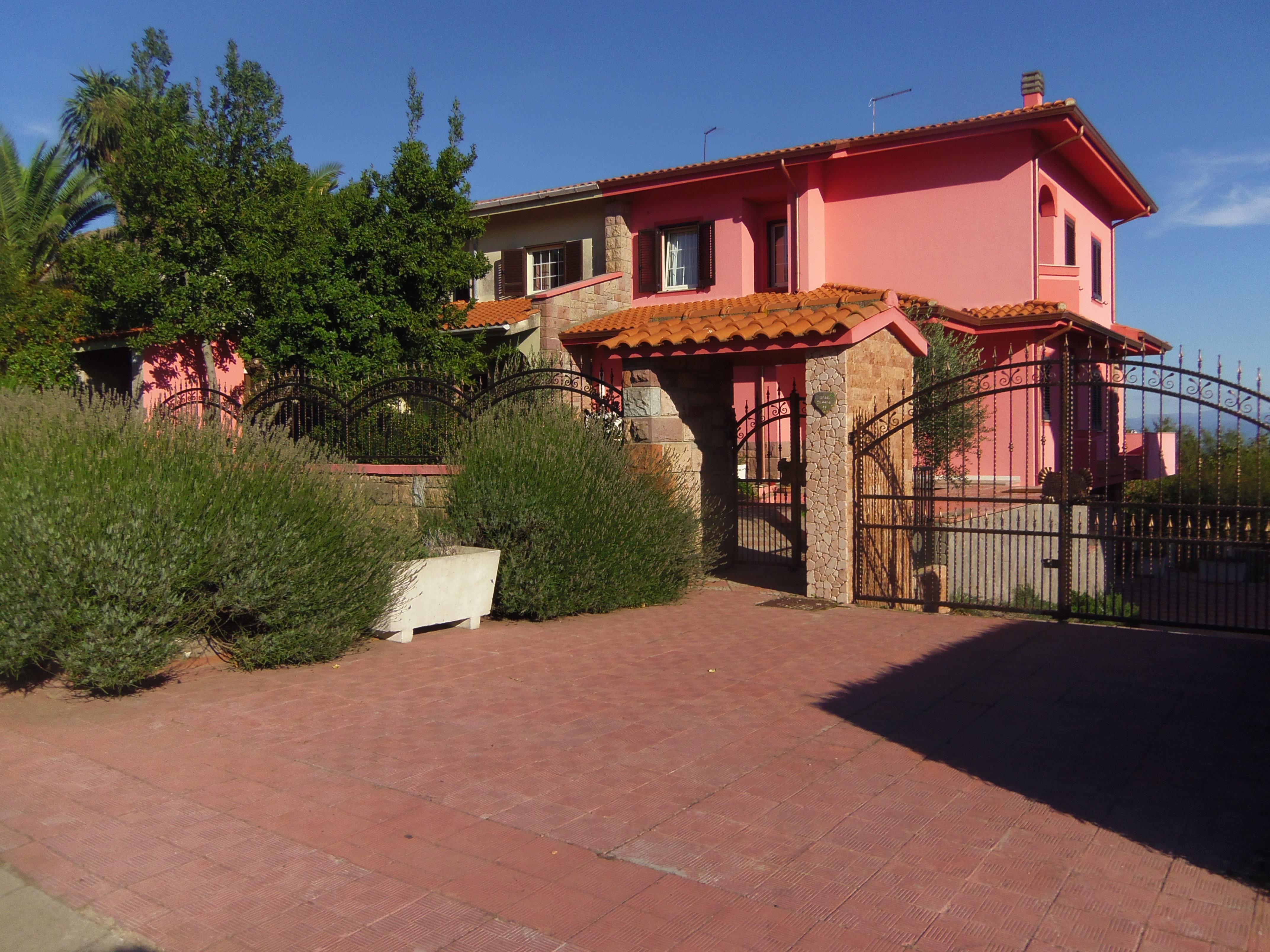 Villa in vendita a macomer nuoro riscaldamento autonomo for Garage autonomo